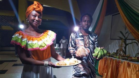 Oferta. El pueblo negro llevó plátano y una muestra de la comida que se puede hacer con este producto. Foto: Expreso