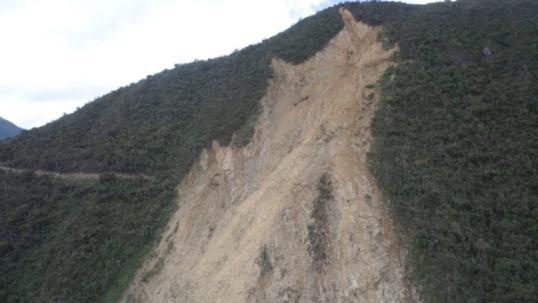 La variante que proponen los habitantes de los cantones afectados, sería detrás de este talud, cuyo material caído mantiene cerrada la vía. Foto: El Mercurio