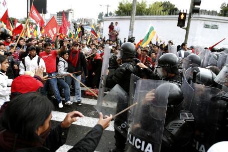 Manifestantes se enfrentan a la policía antidisturbios durante una marcha en protesta contra las políticas que, según ellos, provocarán una mayor explotación minera en la región amazónica en 2012.  Fotógrafo: Pablo Cozzaglio/AFP/Getty Images