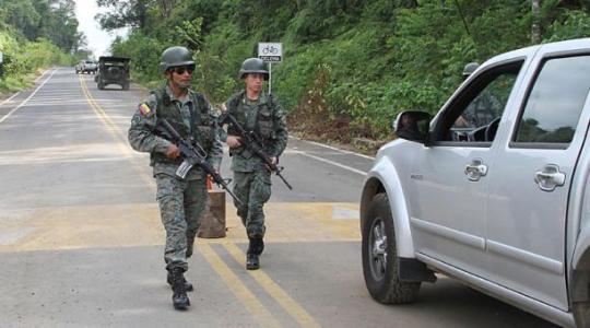 Militares vigilan en el retén situado a un kilómetro de la población de Mataje. Foto: El Comercio