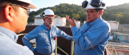 El ingeniero Carlos Pérez, Ministro de Hidrocarburos, junto con el ingeniero Byron Ojeda, Gerente de Petroecuador. Foto: La República
