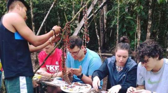 Los turistas participan en la confección de artesanías. Ellos pueden elaborar sus propias prendas con semillas. Foto: Cortesía Comunidad Consuelo