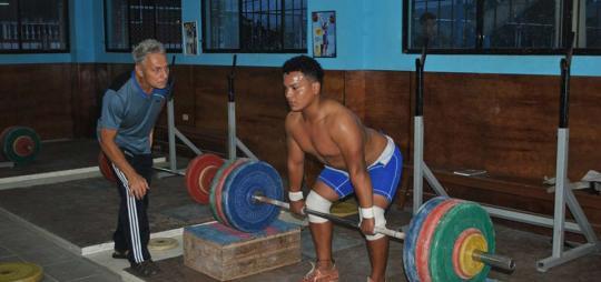 El ruso Alexei Ignatov (i) trabajó por cerca de una década en la ciudad amazónica de Shell, Pastaza, preparando a varios levantadores de pesas. Foto: El Telégrafo