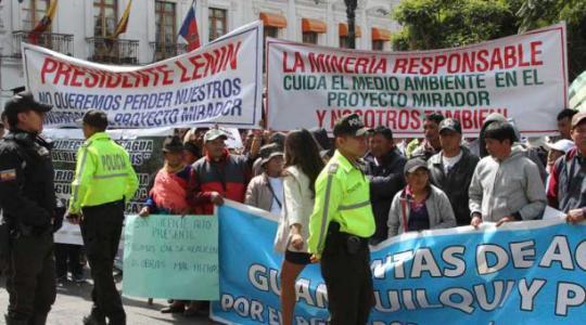 Pobladores del Pangui llegaron ayer a la Plaza Grande para pedir al Presidente la reactivación del proyecto minero. Foto: El Comercio