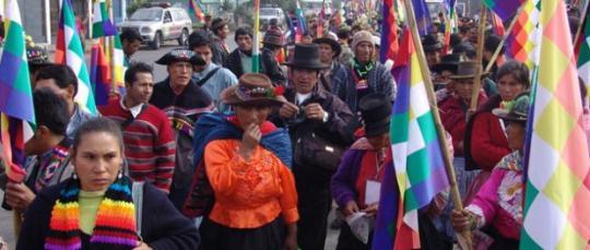 Un grupo de indigenas del Ecuador marchan en contra de reformas gubernamentales del Gobierno de Rafael Correa. Foto: La República