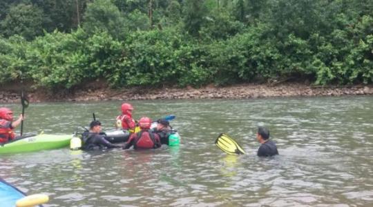 El turista murió mientras se bañaba en las aguas del río Puyo, en la Amazonía, cuando en forma inexplicable fue arrastrado por la corriente. Foto: Cortesía Cuerpo de Bomberos de Shell . Foto: El Comercio