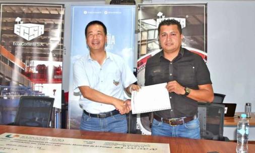 ACUERDO. Funcionario de ECSA hace la entrega de anticipo a Jairo Herrera, alcalde de El Pangui. Foto: La Hora