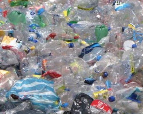 Imagen referencial. Por 15 botellas plásticas un usuario de la Metrovía en Guayaquil puede pagar su pasaje. Foto: El Comercio