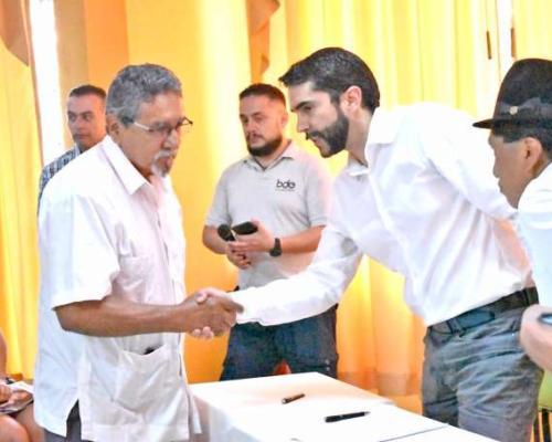 GESTIÓN. El alcalde de Zamora y el gerente del BDE suscribieron el acuerdo. Foto: La Hora
