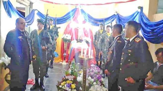 Luto. Los compañeros de Brayan Chuncho Aguilar le rindieron honores fúnebres de rigor. Foto: La Hora