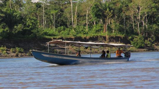 El viaje al Yasuní comienza en lancha desde El Coca por el majestuoso Río Napo.