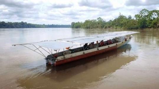La canoa solar tiene el diseño de la que usan los indígenas cofanes. Cuenta con un techo de 32 paneles solares. Foto: La Hora
