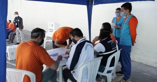 La votación en la segunda vuelta se inicia con las personas privadas de libertad / Foto: EFE