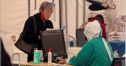 La cifra de decesos se reparte entre los 9.469 confirmados con pruebas PCR y los 4.554 probables por la enfermedad, indicó la cartera sanitaria en su parte oficial diario. Foto: EFE