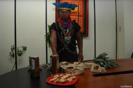 Ruben Criollo, muestra las artesanías y la producción del pueblo Cofán-Dureno. Foto: La Hora