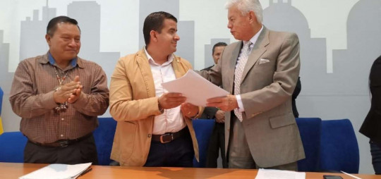 El alcalde de Archidona, Andrés Bonilla (izq.) y el gerente de la Empresa Metropolitana de Agua Potable y Saneamiento, Carlos Uriarte, firmaron el convenio.  Foto: El Telégrafo