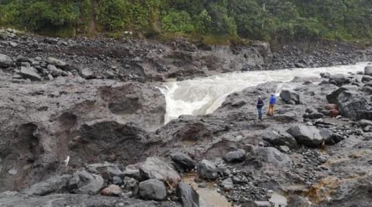Foto: El Comercio/ Técnicos de la Celec y geólogos realizan estudios en la zona de erosión del río Coca, entre Napo y Sucumbíos.