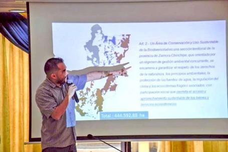 SOCIALIZACIÓN. El director de Gestión Ambiental, Paúl Palacios, mostró a los consejeros provinciales el área de conservación. Foto: La Hora