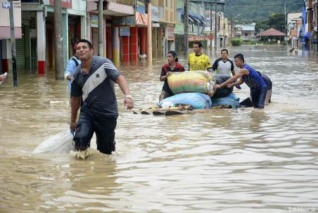 Inundaciones. La localidad manabita de Santa Ana está bajo al agua. Foto: La Hora