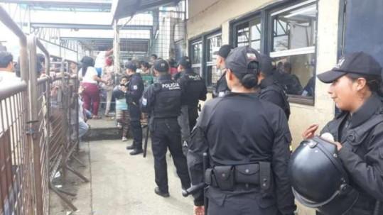 INCERTIDUMBRE. Familiares de internos se agolparon en las afueras de la antigua Penitenciaría. Foto: La Hora