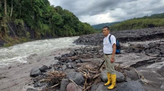 Agustín Carreño, guardaparque del Sangay, durante la inspección rutinaria que realiza en la confluencia de los ríos Upano y Volcán. Foto: Manuel Quizhpe/ EL COMERCIO.