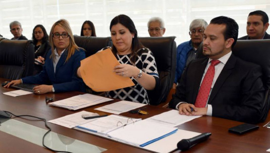 QUITO. Zonnia Martínez (d), ejecutiva de Comercio Internacional de EP Petroecuador, se encargó de leer las ofertas de las empresas interesadas en la compra de crudo. Foto: El Universo