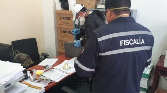 Agentes de la Fiscalía durante un allanamiento en el Hospital del IESS de Ibarra, donde se investiga un sobreprecio en la compra de bolsas para cadáveres. - Foto: @FiscaliaEcuador