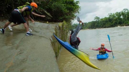 Los jóvenes de la comunidad San José se entrenaron el kayak en el río Anzu. Los técnicos de la Prefectura de Pastaza les entregaron botes y el equipo de seguridad. Fotos: El Comercio