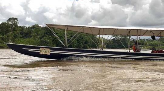 El bote fue trasladado en una plataforma y después fue empujado por 30 personas hasta el río. Foto:  El Comercio