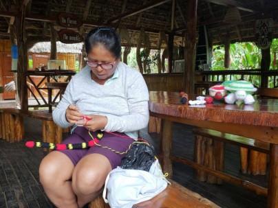 Mujeres manejan centro turístico en el que los visitantes pueden adquirir artesanías. Foto: El Universo