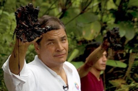 """""""La mano sucia de Chevron"""" fue una campaña impulsada por Rafael Correa contra la petrolera. Trajo varias estrellas de Hollywood a la Amazonía. Foto: Plan V"""