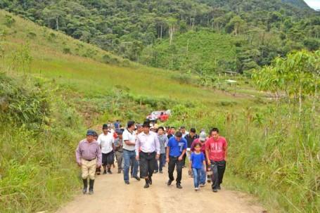 El prefecto durante el recorrido con los moradores de los sectores beneficiados. Foto: La Hora
