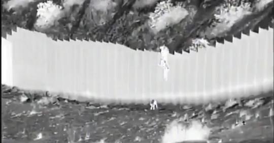 Padres de las niñas ecuatorianas lanzadas por muro fronterizo viven en EEUU / Foto: Twitter