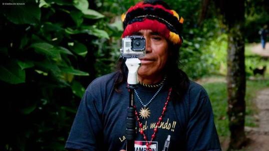Domingo Ankuash con una cámara Gopro. Foto: El País