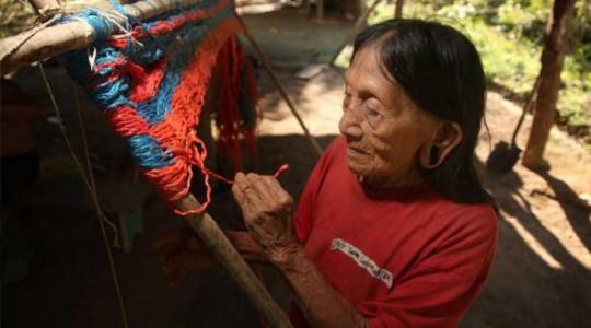 Carmela Tocari teje con facilidad una hamaca. Es parte de su cotidianidad. Foto: Paúl Rivas / EL COMERCIO