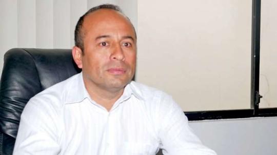 INFORME. Bladimir Romero, secretario de la Amazonía en Zamora Chinchipe, explica los motivos de la suspensión temporal de vuelos. Foto: La Hora