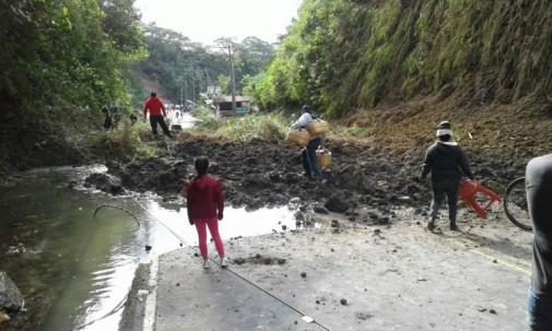 Este domingo se registró un derrumbe en la carretera Baños-Puyo. Foto: El Universo