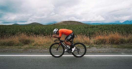 Richard Carapaz entrena técnicas de velocidad en Carchi / foto cortesía Twitter Richard Carapaz