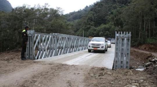 Un puente provisional fue colocado en el km 9 de la vía Papallacta-Baeza, tras el aluvión que se llevó la estructura fija. Foto: El Comercio
