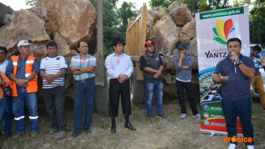 Autoridades en la ubicación de la primera piedra para desarrollar el proyecto. Foto: Crónica