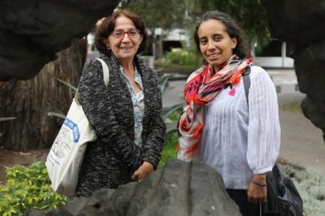 Amparo Peñaherrera (izquierda) y Geraldina Guerra visitaron Quito la semana pasada. Ambas son defensoras de los derechos de las mujeres. Foto: Plan V