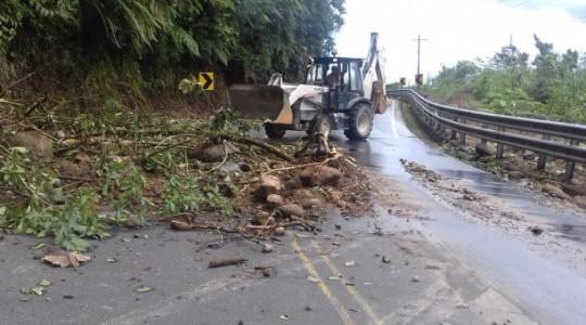 En la vía Baños-Puyo se registraron diferentes deslizamientos que fueron despejados en el transcurso de la mañana de este jueves 2 de enero del 2020. Foto: Cortesía ECU 911. Foto: El Comercio