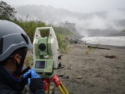 El monitoreo se realiza con un dron y equipos de topografía desde el sector conocido como El Chicharón.