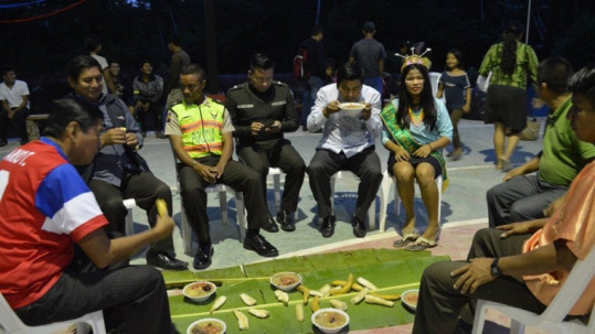 Festejo. Las autoridades celebraron con comida típica de la Amazonía (Yadirea Illescas / Expreso)