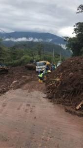 El paso en la carretera Baños-Puyo estuvo ayer restringido de forma parcial. Obreros se apuraban en despejar la calzada. Foto: El Universo