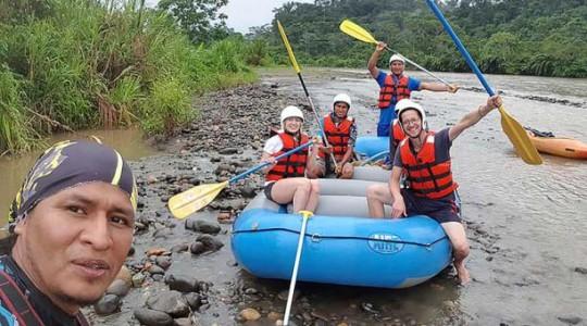 Javier Toqueton junto a un grupo de turistas extranjeros que practican rafting en el río Pastaza. Fotos: cortesía Javier Toqueton. Foto: El Comercio