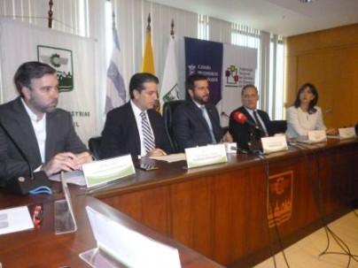 Pablo Arosemena (c) , presidente de la Cámara de Comercio de Guayaquil, junto a otros representantes del gremio empresarial