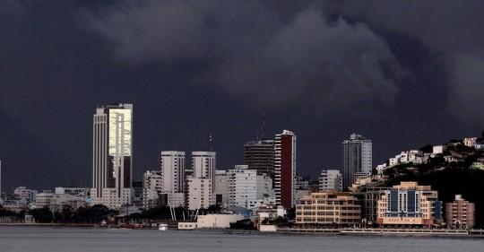 Guayaquil se alista para afrontar intensas lluvias y marea alta / Foto: EFE