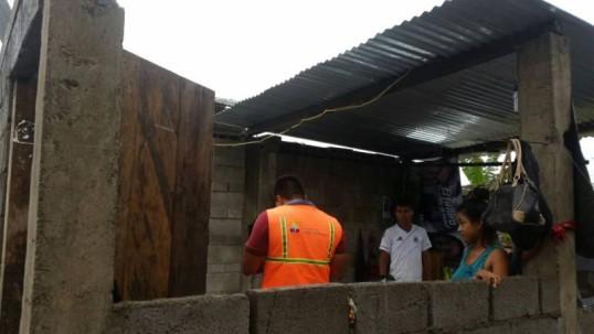 Por lo menos los techos de seis viviendas se vieron afectados por los fuertes vientos que se registraron ayer lunes en el cantón Arajuno, hasta donde llegaron técnicos de la Secretaría de Gestión de Riesgos (SGR) para evaluar la situación. Foto: El Universo