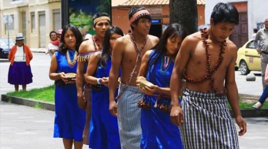El grupo de danza Nujant de la comunidad shuar de Uwents se presentó en la plaza de La Merced de Cuenca. Foto: EL COMERCIO